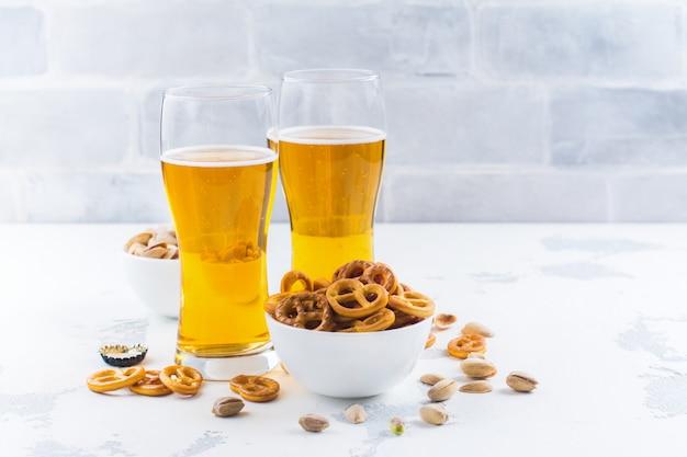 Piwo I Przekąski Na Białym Tle Premium Zdjęcia