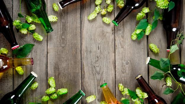 Piwo I Zielone Chmielu Na Drewnianym Stole. Widok Z Góry Premium Zdjęcia