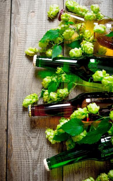 Piwo I Zielone Chmielu Na Drewnianym Stole. Premium Zdjęcia