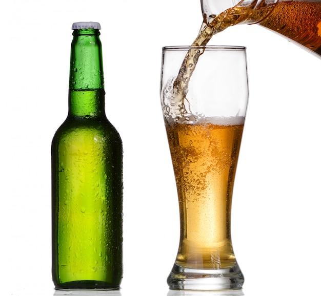 Piwo Leje Do Szklanki Z Zielonej Butelki Premium Zdjęcia