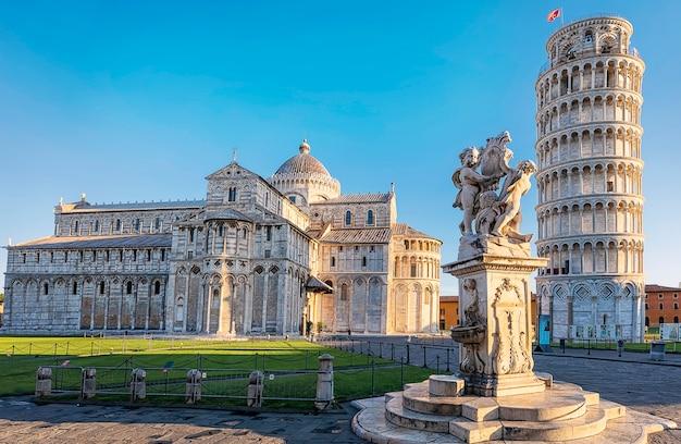 Piza, Piazza Dei Miracoli, Z Bazyliką I Krzywą Wieżą Z Miejsca Kopiowania. Toskania, Włochy Premium Zdjęcia