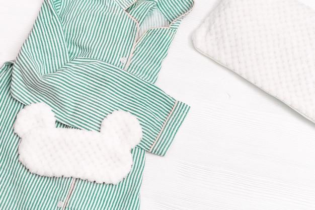 Piżama Dla Dziewczynek, Maska Do Spania, Miękka Puszysta Poduszka Na Białym Drewnie. Premium Zdjęcia