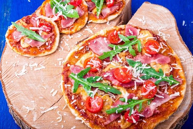 Pizza domowej roboty Premium Zdjęcia