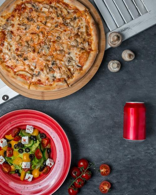 Pizza Grzybowa Z Sałatką Z Mieszanki Warzyw. Darmowe Zdjęcia
