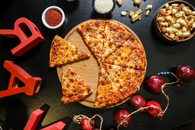 Pizza Margarita Na Drewnianej Desce Ser Ciasta Krakersy Widok Z Góry Darmowe Zdjęcia