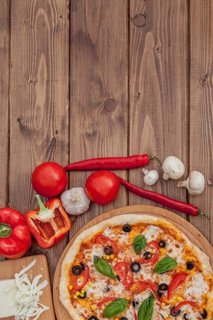 Pizza Margherita Lub Margarita Z Mozzarellą, Pomidor, Oliwka. Włoska Pizza Na Podłoże Drewniane Premium Zdjęcia
