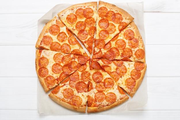 Pizza Peperoni Na Białym Tle. Premium Zdjęcia