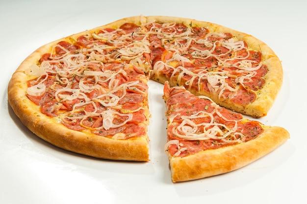 Pizza Pepperoni Na Białym Tle Premium Zdjęcia