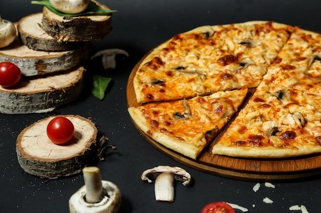 Pizza Pieczarkowa Z Plastrami Pieczarek I Pomidorem Darmowe Zdjęcia
