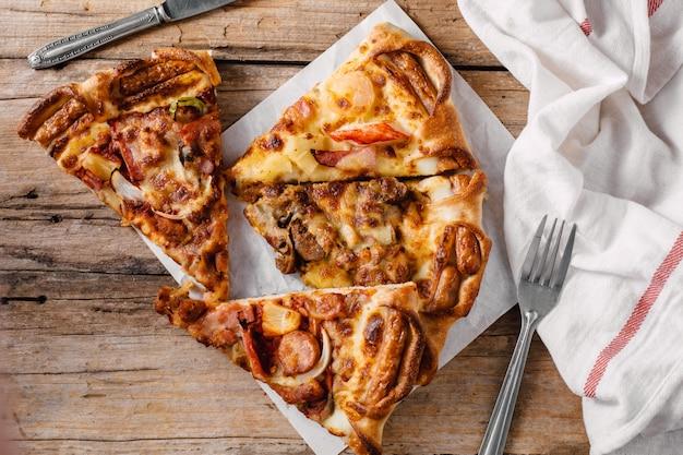 Pizza W Papierowym Pudełku Na Drewnianym Stole Premium Zdjęcia