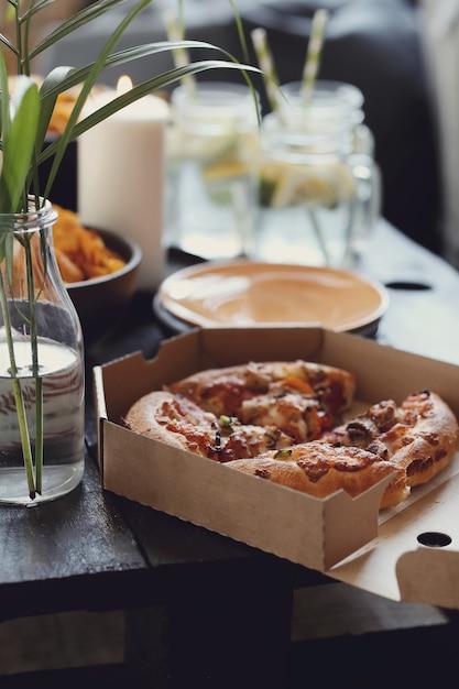 Pizza W Pudełku Tekturowym I Przekąski Darmowe Zdjęcia