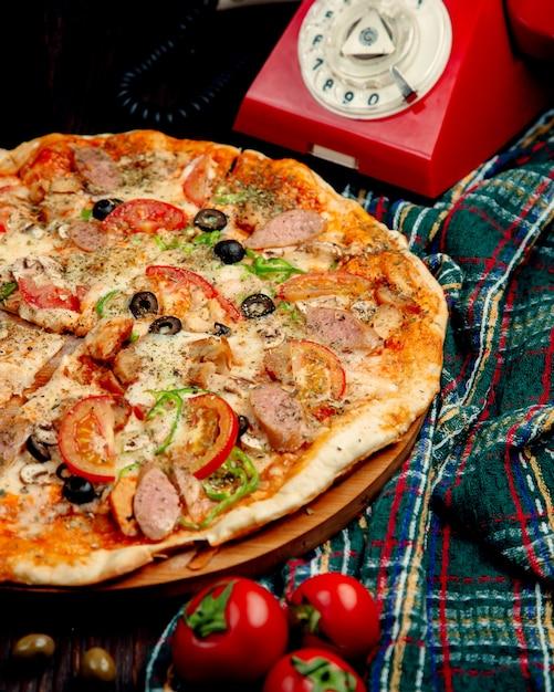 Pizza Z Kiełbaskami, Pomidorami, Słodką Papryką I Oliwkami Darmowe Zdjęcia