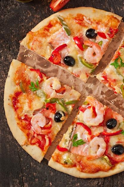 Pizza Z Krewetkami, łososiem I Oliwkami Darmowe Zdjęcia