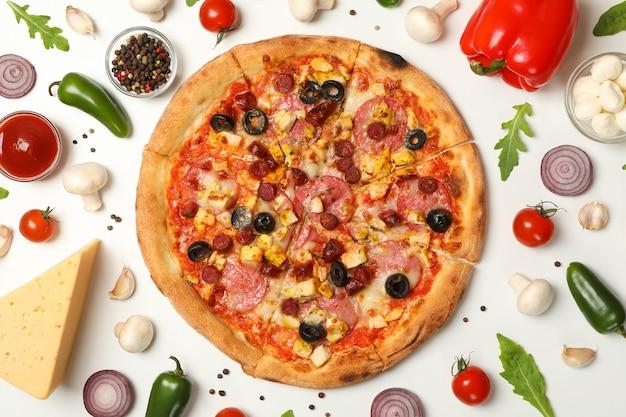 Pizza Z Mięsem I Dodatkami Premium Zdjęcia