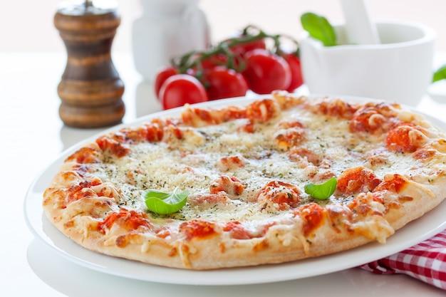 Pizza z pomidorami najbliższych Darmowe Zdjęcia