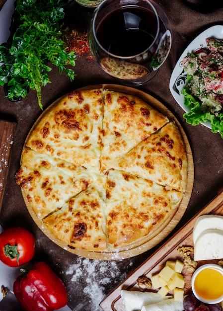 Pizza Z Pomidorem Serowym I Papryką Na Stole Darmowe Zdjęcia