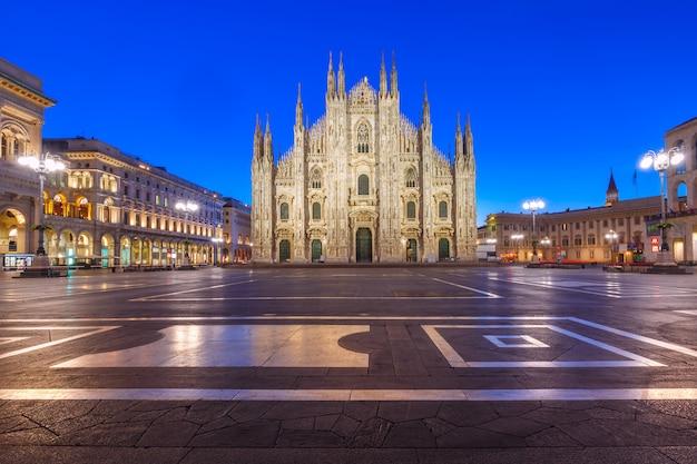 Plac Katedralny Z Katedrą W Mediolanie We Włoszech Premium Zdjęcia