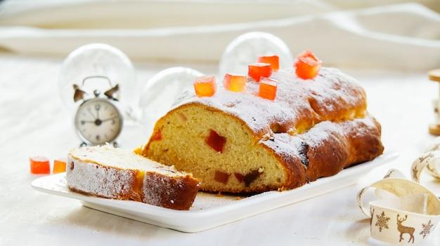 Placek, Ozdobiony Cukrem Pudrem, Keks Na Białym Tle Kamienia Premium Zdjęcia