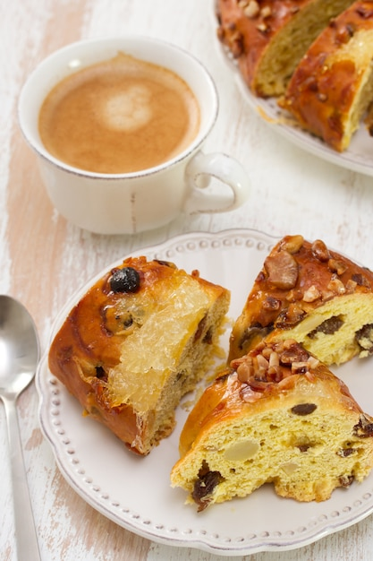 Placek Z Suchych Owoców Na Białym Talerzu Z Filiżanką Kawy Premium Zdjęcia