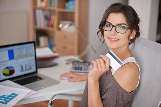 Płacenie Kartą Kredytową Jest łatwe I Wygodne Darmowe Zdjęcia