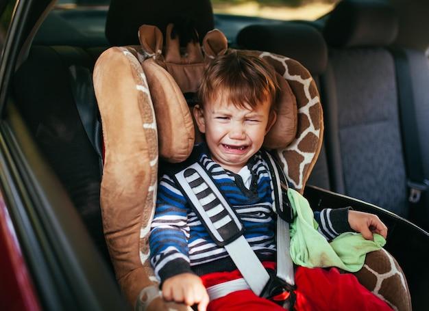 Płacz Chłopca W Foteliku Samochodowym Premium Zdjęcia