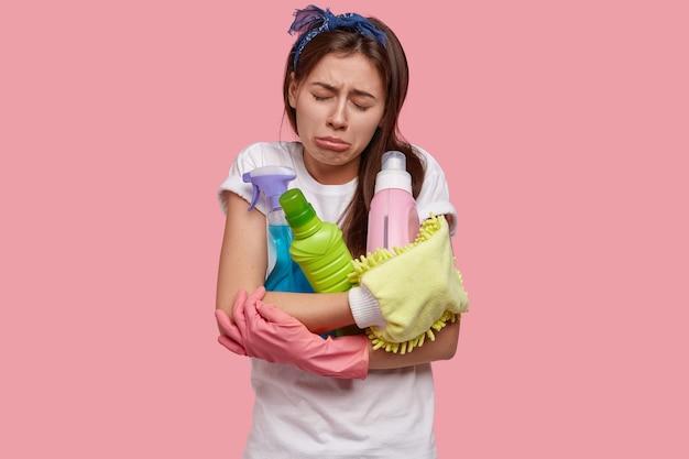 Płacząca Rozczarowana Zmęczona Młoda Kobieta Czuje Się Nieszczęśliwa Po Wiosennych Porządkach, Posiada Wszystkie Niezbędne Zapasy, Detergenty, Ma żałosny Wyraz Twarzy Darmowe Zdjęcia
