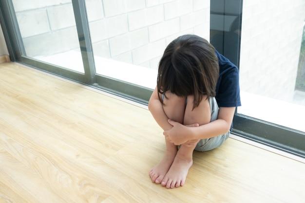 Płaczące Dzieci, Smutna Dziewczynka, Nieszczęśliwe Dziecko Premium Zdjęcia