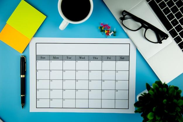 Plan kalendarza prowadzenie działalności lub działalności co miesiąc. Premium Zdjęcia