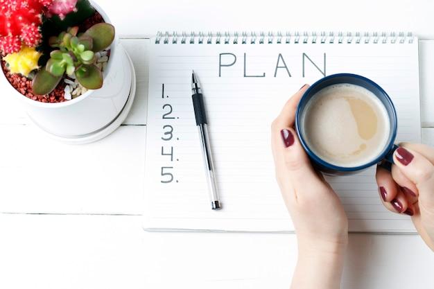 Plan napisów w notatniku, zbliżenie, widok z góry, koncepcja planowania, wyznaczanie celów Premium Zdjęcia