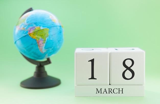 Planner drewniany sześcian z liczbami, 18 dzień miesiąca marca, wiosna Premium Zdjęcia