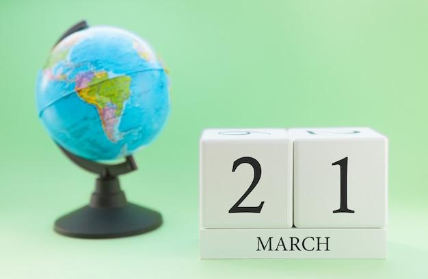 Planner drewniany sześcian z liczbami, 21 dnia miesiąca marca, wiosna Premium Zdjęcia