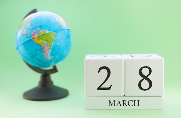 Planner drewniany sześcian z numerami, 28 dnia miesiąca marca, wiosna Premium Zdjęcia