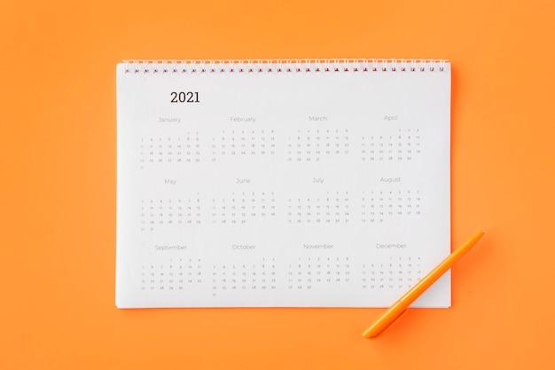 Planner Kalendarz Płaski świeckich Na Pomarańczowym Tle Premium Zdjęcia