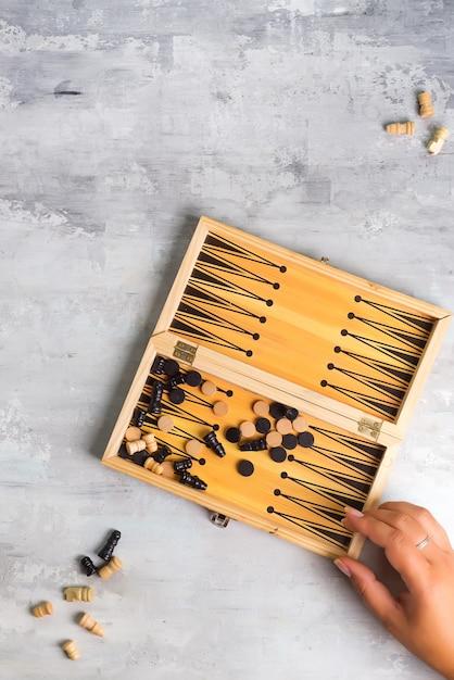 Plansza Do Gry W Backgammon Z Kawałkami I Kostkami. Widok Z Góry Premium Zdjęcia
