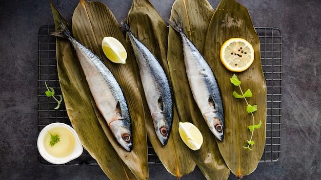 Płaska dekoracja ze smacznymi rybami i cytrynami Darmowe Zdjęcia