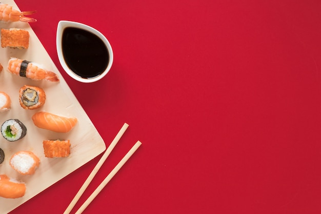 Płaska kompozycja świeckich sushi z copyspace Darmowe Zdjęcia