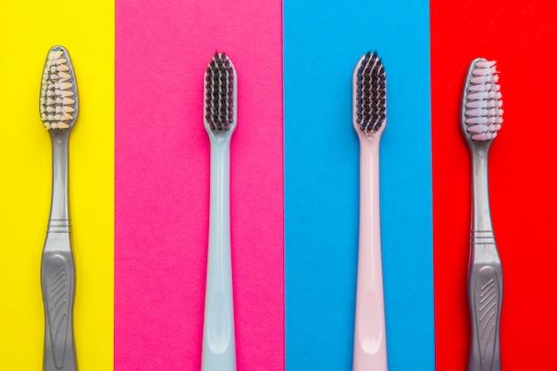 Płaska kompozycja z ręcznymi szczoteczkami do zębów Premium Zdjęcia