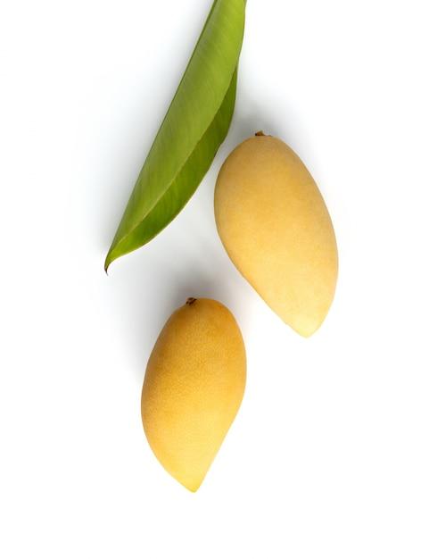 Płaska Leżała Widok Z Góry Kreatywna Kompozycja Wykonana Z Mango I Liści Premium Zdjęcia