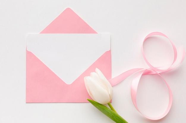Płaska świeża Kompozycja Na Dzień Kobiet Z Różową Kopertą Darmowe Zdjęcia