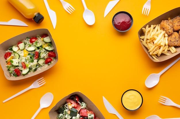 Płaski asortyment z ramką na żywność i zastawą stołową Darmowe Zdjęcia