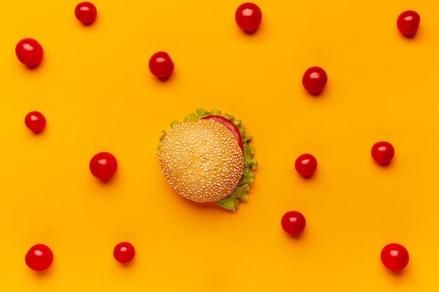 Płaski Burger Lat Z Pomidorami Cherry Darmowe Zdjęcia