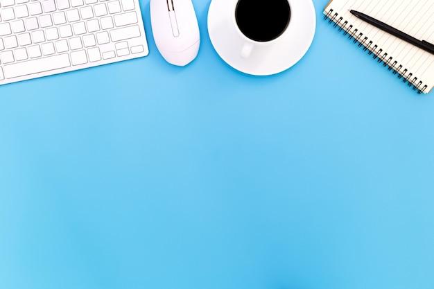 Płaski Stół Biurko Z Nowoczesnym Miejscem Pracy Z Laptopem Na Niebieskim Stole, Widok Z Góry Na Tle Laptopa I Miejsce Na Czarnym Tle, Niebieskie Biurko Z Laptopem, Premium Zdjęcia