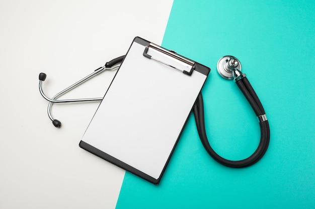 Płaski świecki Projekt Stetoskopu I Pustej Podkładki Schowka Do Koncepcji Medycznej. Premium Zdjęcia