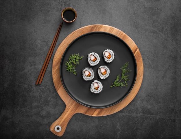 Płaski Talerz Z Sushi Maki I Sosem Sojowym Premium Zdjęcia