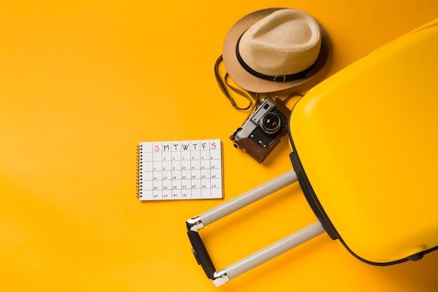 Płaski Układ Bagażu Z Czapką I Niezbędnikami Podróżnymi Premium Zdjęcia