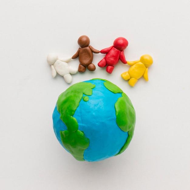 Płaski Układ Globusa Plasteliny I Ludzi Premium Zdjęcia