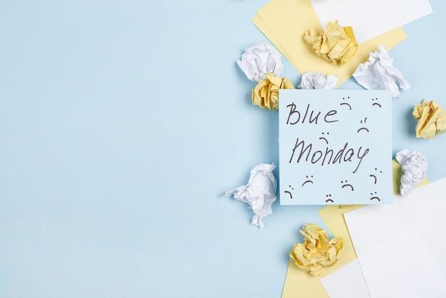 Płaski Układ Karteczek Samoprzylepnych Z Marszczonymi Brwiami Na Niebieski Poniedziałek Darmowe Zdjęcia