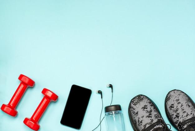 Płaski Układ Sprzętu Sportowego Do Fitnessu Na Niebieskiej Powierzchni Premium Zdjęcia