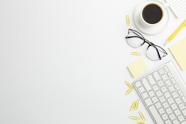 Płaski Układ Stacjonarny Na Biurku Z Miejsca Kopiowania I Kawy Darmowe Zdjęcia