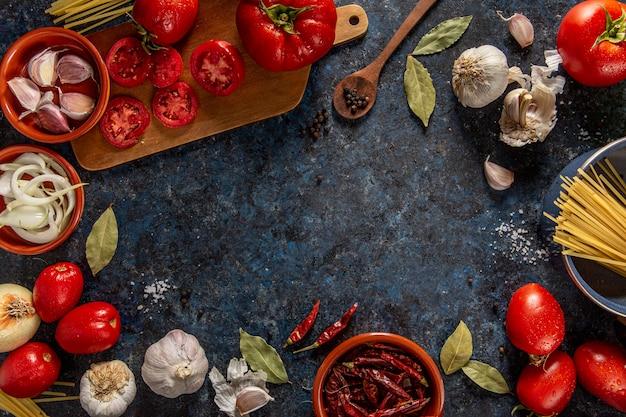 Płaski Układ Warzyw Z Pomidorami I Chili Premium Zdjęcia